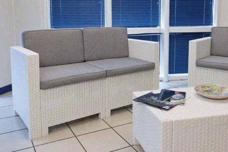 Salotto con divano bianco idee per il design della casa - Salotto con divano blu ...